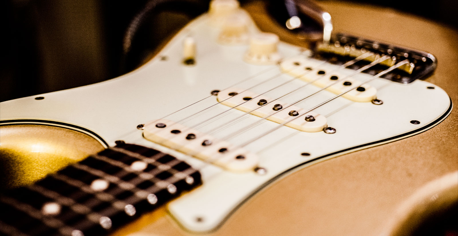 Golden Stratocaster - The Guitar School